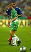 Fotball<br /> VM-kvalifisering<br /> 09.10.2004<br /> Foto: BPI/Digitalsport<br /> NORWAY ONLY<br /> <br /> Frankrike v Irland 0-0<br /> <br /> Thierry Henry of France looks over the shoulder of Ireland's Roy Keane