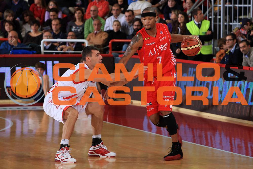 DESCRIZIONE : Teramo Lega A 2009-10 Basket Bancatercas Teramo Armani Jeans Milano<br /> GIOCATORE : Michael Hall<br /> SQUADRA : Armani Jeans Milano<br /> EVENTO : Campionato Lega A 2009-2010 <br /> GARA : Bancatercas Teramo Armani Jeans Milano<br /> DATA : 21/11/2009<br /> CATEGORIA : palleggio<br /> SPORT : Pallacanestro <br /> AUTORE : Agenzia Ciamillo-Castoria/M.Carrelli<br /> Galleria : Lega Basket A 2009-2010 <br /> Fotonotizia : Teramo Lega A 2009-10 Basket Bancatercas Teramo Armani Jeans Milano<br /> Predefinita :