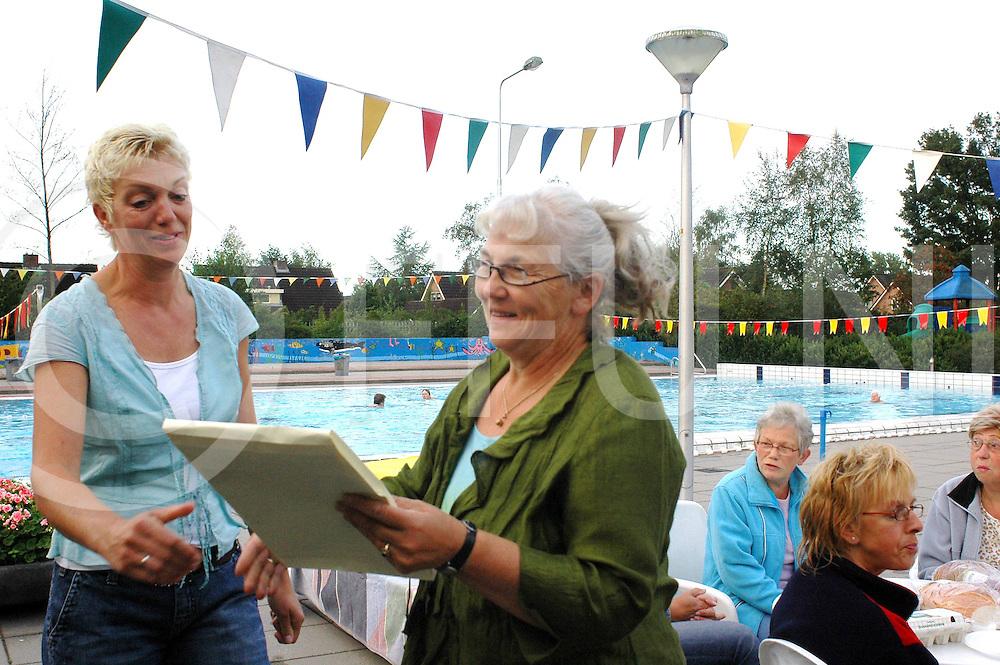 060908,nieuwleusen,nederland,<br /> Diny Haarman krijgt petitie overhandigt om het sluiten van zwembad tegen te gaan,<br /> fotografie frank uijlenbroek&copy;2006sander uijlenbroek