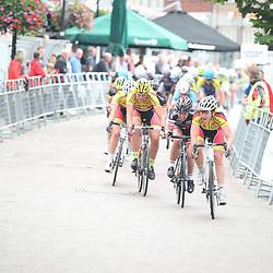 21-08-2016: Wielrennen: Boeskoolronde Oldenzaal: Oldenzaal<br />OLDENZAAL (NED) wielrennen  <br />Karen Elzing sprint naar de overwinning bij de vrouwen in Oldenzaal voor Sandra van Veghel en Evy Kuijpers
