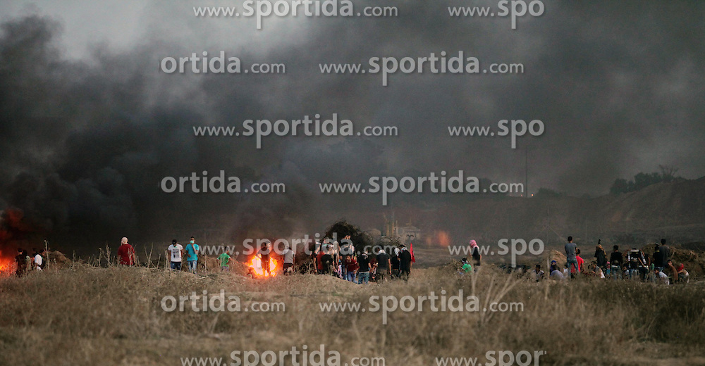 17.10.2015, Gaza city, PSE, Gewalt zwischen Pal&auml;stinensern und Israelis, im Bild Zusammenst&ouml;sse zwischen Pal&auml;stinensischen Demonstranten und Israelischen Sicherheitskr&auml;fte // Palestinian protesters clash with Israeli security forces near the border between Israel and Central Gaza Strip east of Bureij on October 17, 2015. At least 40 Palestinians and seven Israelis have died in more than two weeks of unrest, which was in part triggered by Palestinians' anger over what they see as increased Jewish encroachment on Jerusalem's al-Aqsa mosque compound, Palestine on 2015/10/17. EXPA Pictures &copy; 2015, PhotoCredit: EXPA/ APAimages/ Ashraf Amra<br /> <br /> *****ATTENTION - for AUT, GER, SUI, ITA, POL, CRO, SRB only*****