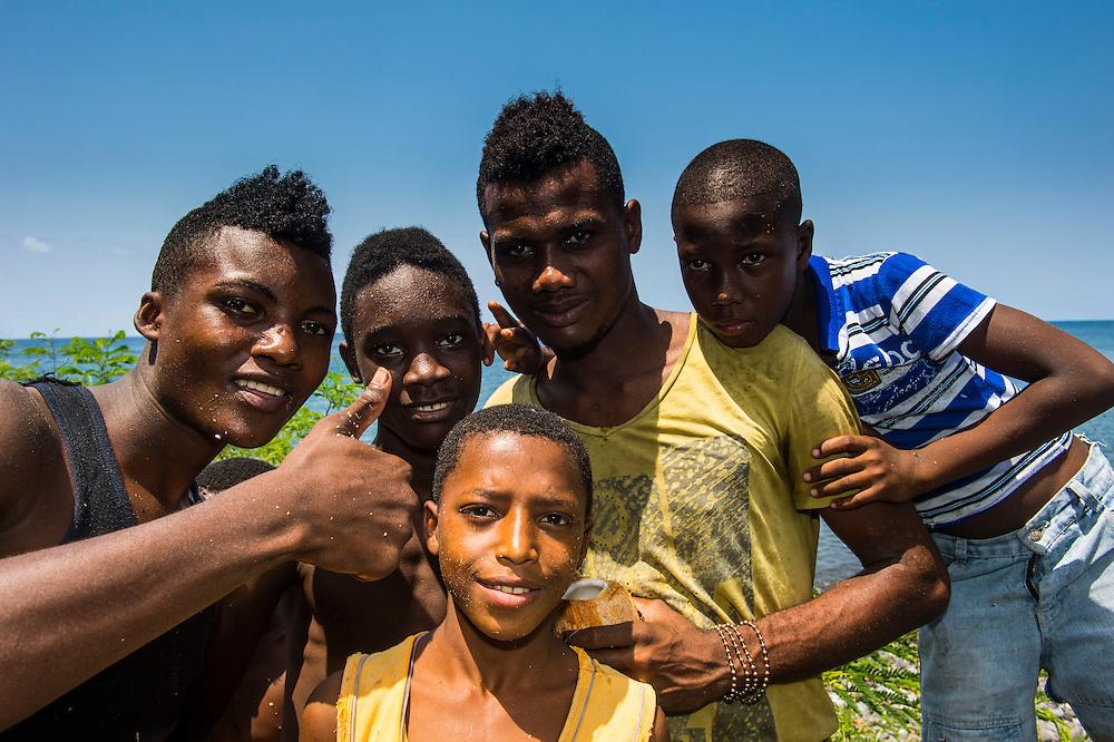 Jugendlich posieren für die Kamera in Sao Tome