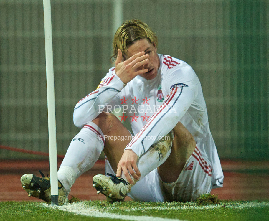 LILLE, FRANCE - Thursday, March 11, 2010: Liverpool's Fernando Torres looks dejected against LOSC Lille Metropole during the UEFA Europa League Round of 16 1st Leg match at the Stadium Lille-Metropole. (Photo by David Rawcliffe/Propaganda)