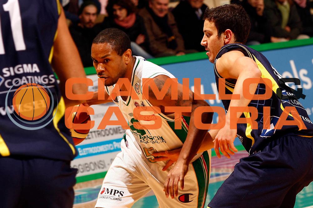 DESCRIZIONE : Siena Lega A 2009-10 Montepaschi Siena Sigma Coatings Montegranaro<br /> GIOCATORE : Terrell Mc Intyre<br /> SQUADRA : Montepaschi Siena <br /> EVENTO : Campionato Lega A 2009-2010<br /> GARA : Montepaschi Siena Sigma Coatings Montegranaro<br /> DATA : 20/12/2009<br /> CATEGORIA : palleggio<br /> SPORT : Pallacanestro<br /> AUTORE : Agenzia Ciamillo-Castoria/P.Lazzeroni<br /> Galleria : Lega Basket A 2009-2010<br /> Fotonotizia : Siena Campionato Italiano Lega A 2009-2010 Montepaschi Siena Sigma Coatings Montegranaro<br /> Predefinita :