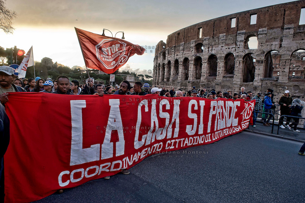 Roma, 27 Febbraio 2014<br /> Manifestazione dei Movimenti per il Diritto all'Abitare per protestare contro  gli  arresti di 17 attivisti per gli scontri con la polizia del 31 ottobre a via del Tritone, e contro le politiche abitative del governo <br /> Roma, Italy. 27th February 2014<br /> Demonstration of the movements for housing rights  to protest against  to the arrests of 17 activists in clashes with the police on 31 October at Via del Tritone, and against the government's housing policies