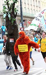 18.04.2010, Wien, AUT, Vienna City Marathon 2010, im Bild ein kostümiertes Laufteam von Greenpeace,  EXPA Pictures © 2010, PhotoCredit: EXPA/ T. Haumer / SPORTIDA PHOTO AGENCY