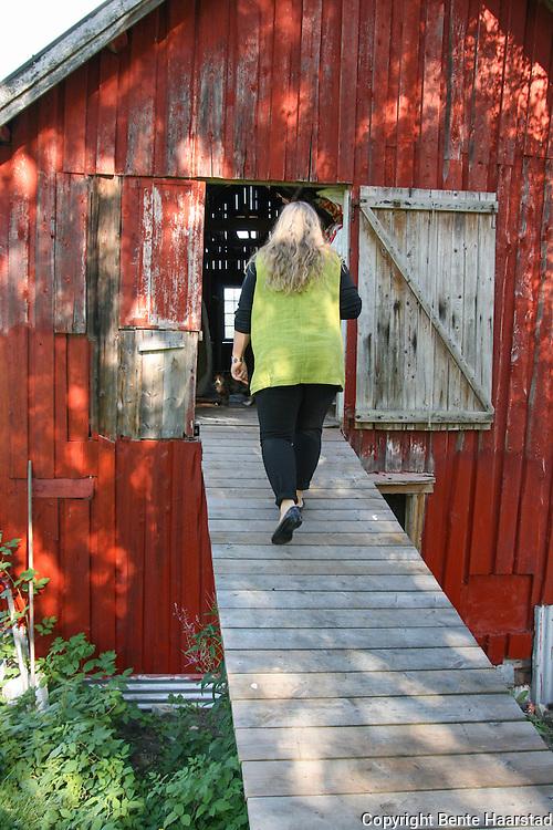 Eldbjørg Ingridsdatter er levende opptatt av kropp og helse og bygger spa hjemme på låven, og tilbyr blant annet massasje og aromaterapi, fagfelt hun har lenge jobbet med ved et spa i Trondheim. Foto: Bente Haarstad