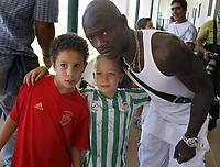 Fotball<br /> Spania<br /> Foto: imago/Digitalsport<br /> NORWAY ONLY<br /> <br /> 01.08.2008<br /> Achille Emana (Betis Sevilla) posiert mit zwei jungen Fans<br /> <br /> BILDET KAN IKKE BRUKES PÅ WEB-SIDER