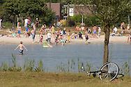 De eerste zomerse dag van 2010 bood jong en oud zon- en waterpret. In het recreatiegebied De Heide tussen Heerenveen en Nieuweschoot werd het zandstrand aan het Heidemeer door veel mensen bezocht. Vooral de jeugd zocht afkoeling in het water van deze zwemlocatie.