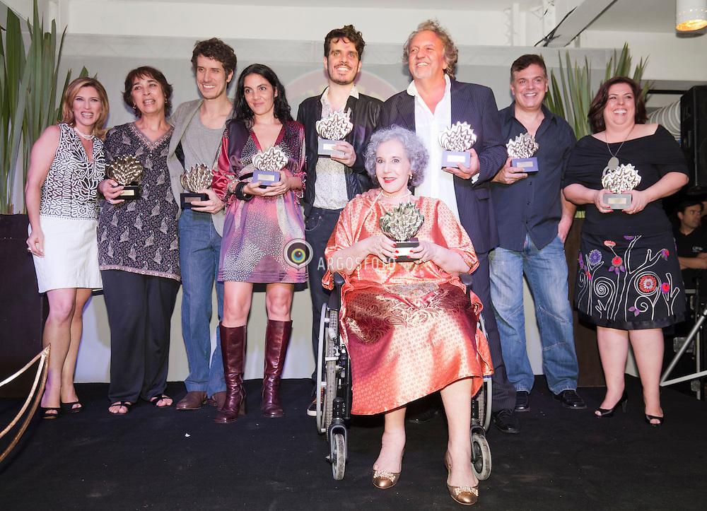 Cerimonia de premiacao do 23º Premio Shell de Teatro de Sao Paulo. Premiados da noite sobem ao palco para foto. Foto Marcos Issa/Argosfoto