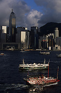 Hong Kong. the bay , victoria island and the ferries. . .   14   / la baie et líile Victoria et les Ferry.    14  / L940705c  / 294969/44