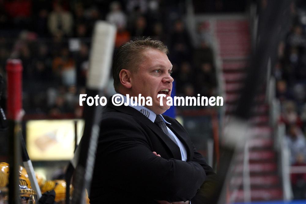07.12.2010, H?meenlinna..J??kiekon SM-liiga 2010-11. .HPK - KalPa..Valmentaja Pekka Virta - KalPa.©Juha Tamminen.