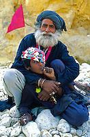Pakistan. La fete des soufis. Province du Sind et du Balouchistan. Pelerinage soufi de Lahoot. Shen Faqir Lahooti fait ici son 40 eme pelerinage. // Pakistan, Sind, sufi pilgrimage of Lahoot, man holding flag outdoors.