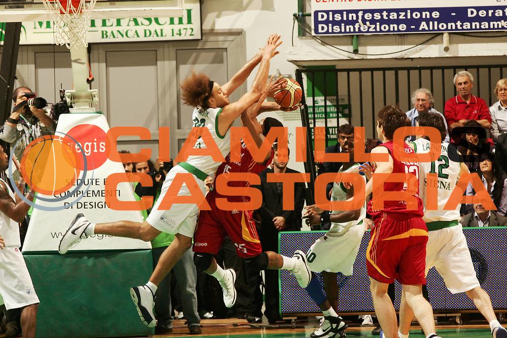 DESCRIZIONE : Siena Lega A1 2007-08 Playoff Finale Gara 2 Montepaschi Siena Lottomatica Virtus Roma <br /> GIOCATORE : David Hawkins Shaun Stonerook<br /> SQUADRA : Lottomatica Virtus Roma <br /> EVENTO : Campionato Lega A1 2007-2008 <br /> GARA : Montepaschi Siena Lottomatica Virtus Roma <br /> DATA : 05/06/2008 <br /> CATEGORIA : tiro stoppata fallo<br /> SPORT : Pallacanestro <br /> AUTORE : Agenzia Ciamillo-Castoria/P.Lazzeroni