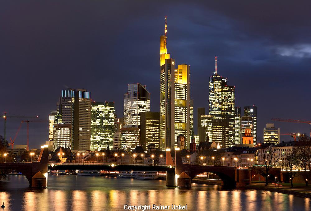 DEU , DEUTSCHLAND : Das Bankenviertel in Frankfurt am Main , in der Mitte das Gebaeude der Commerzbank AG , Mainhattan , 26.11.2015<br /> |DEU , GERMANY : The financial district of Frankfurt at Main river , in the middle is the building of Commerzbank AG , 26.11.2015|<br /> Copyright by : Rainer UNKEL , Tel.: 0171/5457756