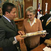 Toluca, Mex.- Irma Schweret, diputada de la samblea nacional del poder popular de Cuba, recibe un presente de los diputados del PRD, Higinio Martinez Miranda y Domitilo Posadas en el congreso del Estado de México. Agencia MVT / Mario Vazquez de la Torre. (DIGITAL)<br /> <br /> <br /> <br /> NO ARCHIVAR - NO ARCHIVE