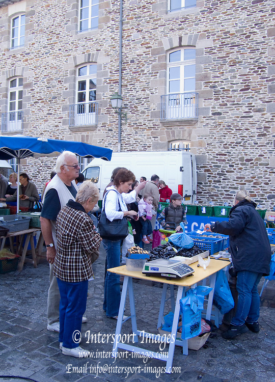 Rennes, FRANCE,  General view of the Fresh Produce, on display at the Saturday Morning Market,  Brittany.  Saturday  26/09/2009   [Mandatory Credit Peter Spurrier Intersport Images]. Street Photo.