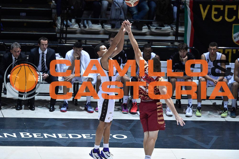 DESCRIZIONE : Bologna Lega A 2015-16 Obiettivo Lavoro Virtus Bologna - Umana Reyer Venezia<br /> GIOCATORE : <br /> CATEGORIA : Tiro tre punti Ritardo Sequenza<br /> SQUADRA : Obiettivo Lavoro Virtus Bologna<br /> EVENTO : Campionato Lega A 2015-2016<br /> GARA : Obiettivo Lavoro Virtus Bologna - Umana Reyer Venezia<br /> DATA : 04/10/2015<br /> SPORT : Pallacanestro<br /> AUTORE : Agenzia Ciamillo-Castoria/GiulioCiamillo<br /> <br /> Galleria : Lega Basket A 2015-2016 <br /> Fotonotizia: Bologna Lega A 2015-16 Obiettivo Lavoro Virtus Bologna - Umana Reyer Venezia