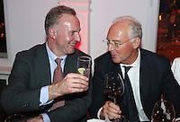 Fussball  DFB  POKAL  FINALE  SAISON  2012/2013     Champions Party des FC Bayern Muenchen nach dem Gewinn des DFB Pokal und Triple         02.06.2013 Vorstandsvorsitzender Karl Heinz Rummenigge (li) und Ehrenpraesident Franz Beckenbauer stossen auf den historischen Erfolg an.