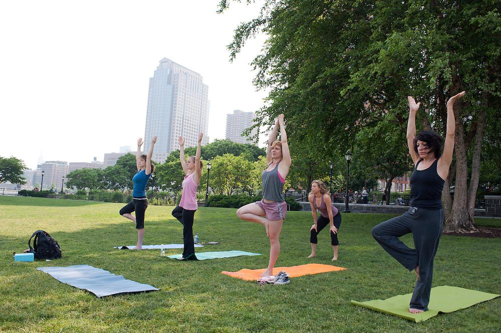 Yoga Lehrerin Donna Klimkiewicz (hinter Gruppe) gibt Yoga Klassen im Rockefeller Park am Hudson River. 2. von rechts: Yvonne Adamek..Yoga in New York..Foto: Stefan Falke