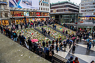 STOCKHOLM - People gather at a makeshift memorial to commemorate the victims of Fridays terror attack near the site where a truck drove into a department store in Stockholm, Sweden, on April 10, 2017.Four people died and fifteen were injured when a truck plunged into a crowd at a busy pedestrian street in the Swedish capital on 7 april . copyreight robin utrecht STOCKHOLM - Een bloemenzee op de plek van de aanslag in het centrum van Stockholm. Inwoners van de Zweedse stad zijn bijeen om de slachtoffers van de aanslag met een vrachtwagen op 7 april 2017 ter herdenken. <br />
