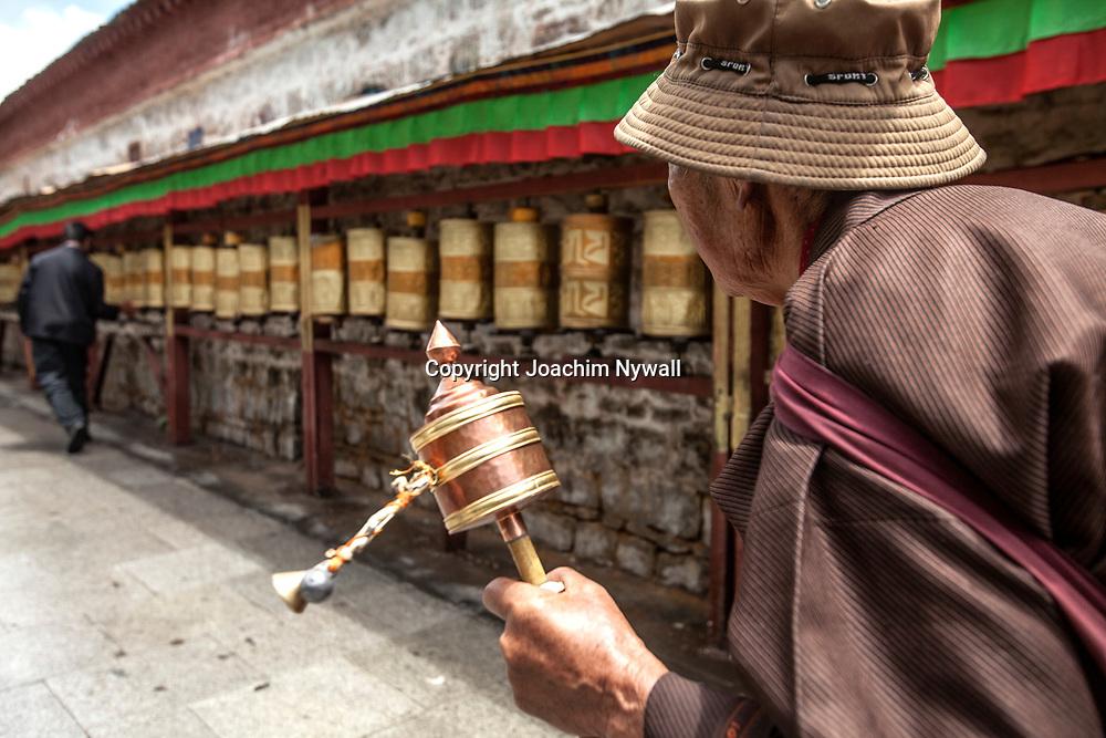 Lhasa 2011 Tibet<br /> Gammal kvinna med b&ouml;nesnurra g&aring;r runt Potalapalatset i Lhasa<br /> <br /> ----<br /> FOTO : JOACHIM NYWALL KOD 0708840825_1<br /> COPYRIGHT JOACHIM NYWALL<br /> <br /> ***BETALBILD***<br /> Redovisas till <br /> NYWALL MEDIA AB<br /> Strandgatan 30<br /> 461 31 Trollh&auml;ttan<br /> Prislista enl BLF , om inget annat avtalas.