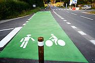Weg met wandelstrook en fietsstrook langs het meer van Paladru, Frankrijk - Road along the lake of Paladru with special pedestrian en cyclist signing