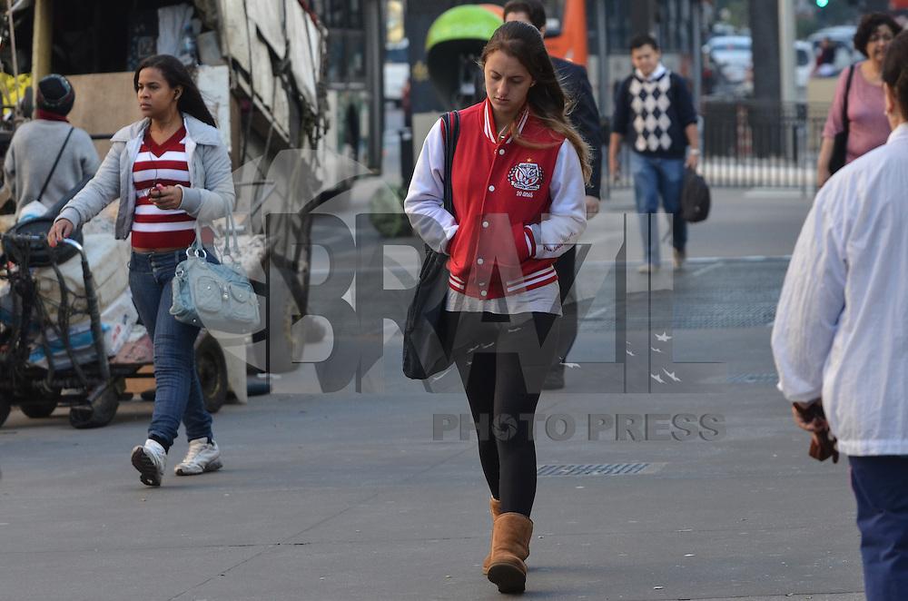 SAO PAULO, 05 DE JUNHO DE 2013  CLIMA TEMPO - SAO PAULO - Paulistano vive manhã fria, na Avenida Paulista, região central, nesta quarta feira, 05. (FOTO: ALEXANDRE MOREIRA / BRAZIL PHOTO PRESS)