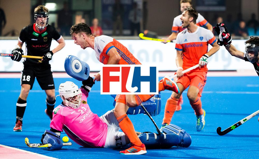 BHUBANESWAR -  Robbert Kemperman (Ned) stuit op keeper Tobias Walter (Ger)  tijdens de Hockey World League Finals , de kwartfinale wedstrijd Duitsland-Nederland (3-3).Duitsland wint na shoot-outs.  Op de achtergrond Bjorn Kellerman (Ned). COPYRIGHT KOEN SUYK