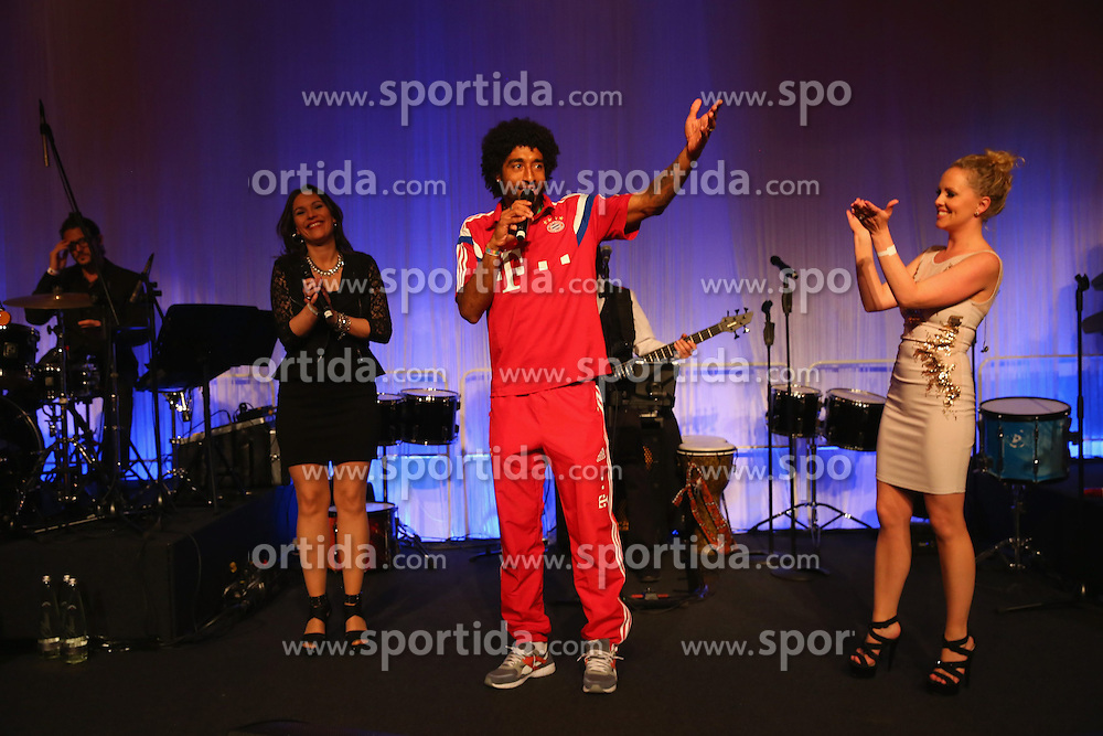 17.05.2014, T Com, Berlin, GER, DFB Pokal, Bayern Muenchen Pokalfeier, im Bild Dante of Muenchen sings for his wife Jocelina on her birthday Dante, // during the FC Bayern Munich &quot;DFB Pokal&quot; Championsparty at the T Com in Berlin, Germany on 2014/05/17. EXPA Pictures &copy; 2014, PhotoCredit: EXPA/ Eibner-Pressefoto/ EIBNER<br /> <br /> *****ATTENTION - OUT of GER*****