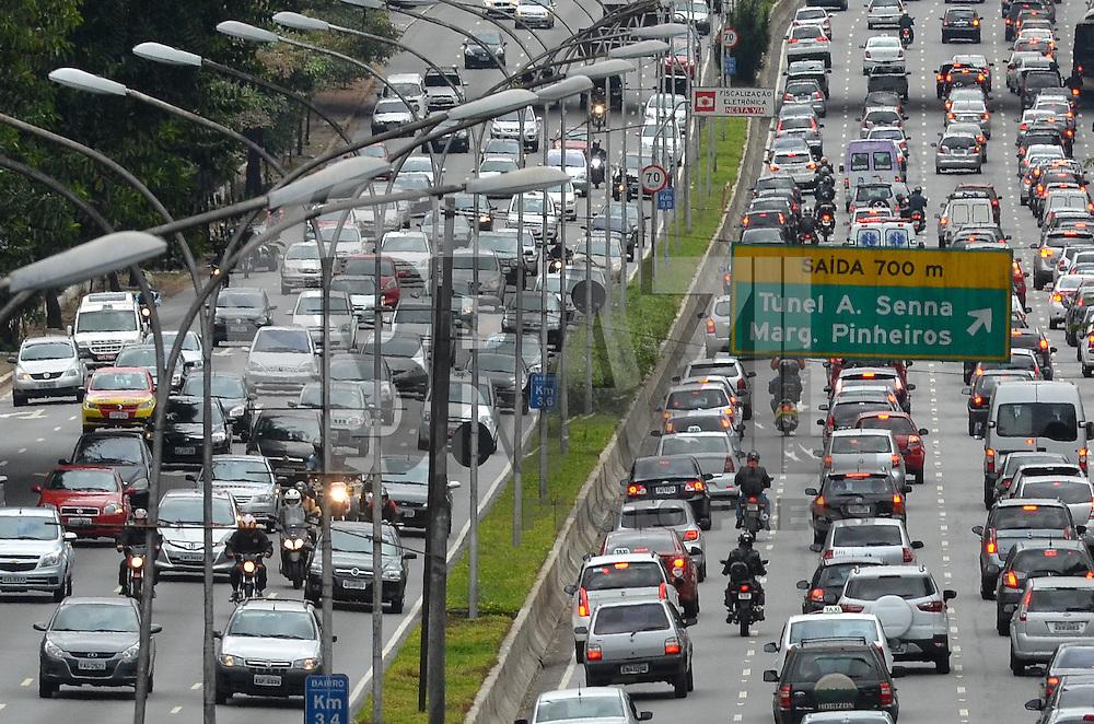 SAO PAULO, 06 DE MAIO DE 2013 - TRANSITO - SAO PAULO -  Transito intenso na Avenida 23 de Maio, altura do Viaduto Tutóia, região sul da capital, na manhã desta segunda feira, 06.   (FOTO: ALEXANDRE MOREIRA / BRAZIL PHOTO PRESS)