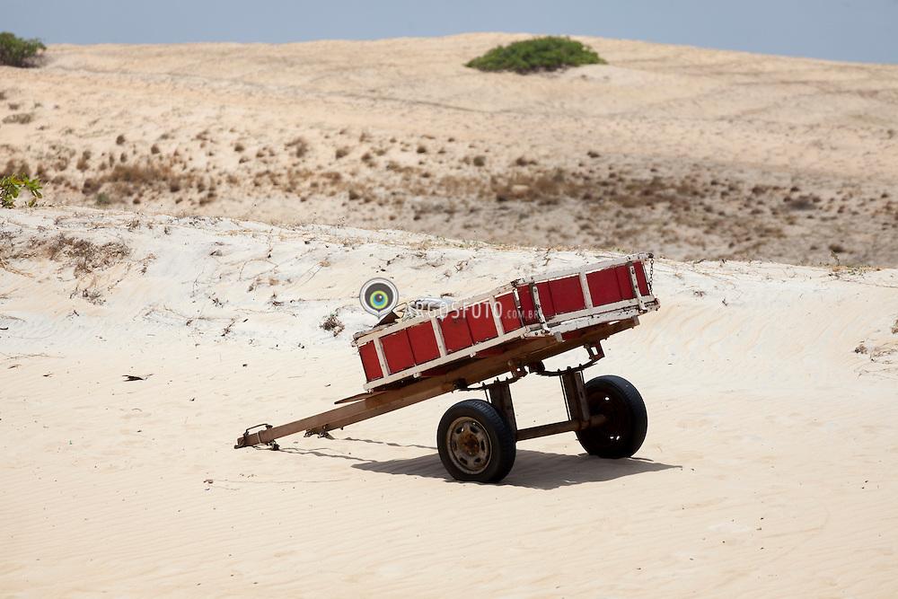 Carrinho de mao em Praia do Pitangui./ Wheelbattow in Pitangui beach, Rio Grande do Norte, Brasil - 2013