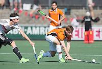 AMSTELVEEN -  HOCKEY -  Rob Reckers van OZ met Johannes Mooij (A'dam)   Beslissende finalewedstrijd om het Nederlands kampioenschap hockey tussen de mannen van Amsterdam en Oranje Zwart (2-3). COPYRIGHT KOEN SUYK