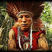 &laquo;R&ecirc;ves de chamane&raquo;<br /> Nous voil&agrave; au bout du monde, ou &agrave; ses origines. Le Rio Jordao apparait, tel un anaconda, dessine ses m&eacute;andres dans un &eacute;crin de myst&egrave;res &agrave; quelques kilom&egrave;tres de la fronti&egrave;re p&eacute;ruvienne. Nous sommes au nord du Br&eacute;sil, dans l'&eacute;tat de l'Acre, tout pr&egrave;s de la fronti&egrave;re bolivienne. Une r&eacute;gion peupl&eacute;e majoritairement par les Huni Kuin, une tribu chamanique. Quand leur territoire, jusque-l&agrave; inexplor&eacute; fut annex&eacute; en 1903 par l'&eacute;tat br&eacute;silien, la fi&egrave;vre du caoutchouc s'empara des nouveaux arrivants . Les tribus furent d&eacute;cim&eacute;es quand elles refus&egrave;rent de s'enr&ocirc;ler comme esclaves pour les barons de l' &laquo;or noir&raquo;, les grands propri&eacute;taires du latex. Durant un si&egrave;cle, les rituels et les savoirs des anciens furent pratiqu&eacute;s dans le plus grand secret, ou tomb&egrave;rent dans l'oubli. Jusqu'au jour o&ugrave; Ika Muru, un jeune Huni Kuin, se rendit chez les Indiens Ashaninkas. L&agrave;, il eut une vision lui dictant d'entretenir la m&eacute;moire de sa tribu, un r&ecirc;ve qu'il d&eacute;crit ainsi : &laquo; C'est dans leur histoire et leur connaissance ancestrale que les peuples de la for&ecirc;t trouveront les solutions et la force n&eacute;cessaire afin de prot&eacute;ger leur environnement intimement li&eacute; &agrave; leur existence et &agrave; l'&eacute;quilibre naturel du monde &raquo;. Un message qu'il convient, plus que jamais, de m&eacute;diter... En 1983, il parvint &agrave; d&eacute;limiter avec des anthropologues le premier territoire des Huni Kuin. D&egrave;s lors, il n'aura pour but que de valoriser et transmettre l'immense culture de son peuple, dont l'essence m&ecirc;me r&eacute;side dans la connaissance des plantes qui l'entourent. Ika Muru Agostinho Huru Kuin s'est &eacute;teint le 25 d&eacute;cembre 2011.