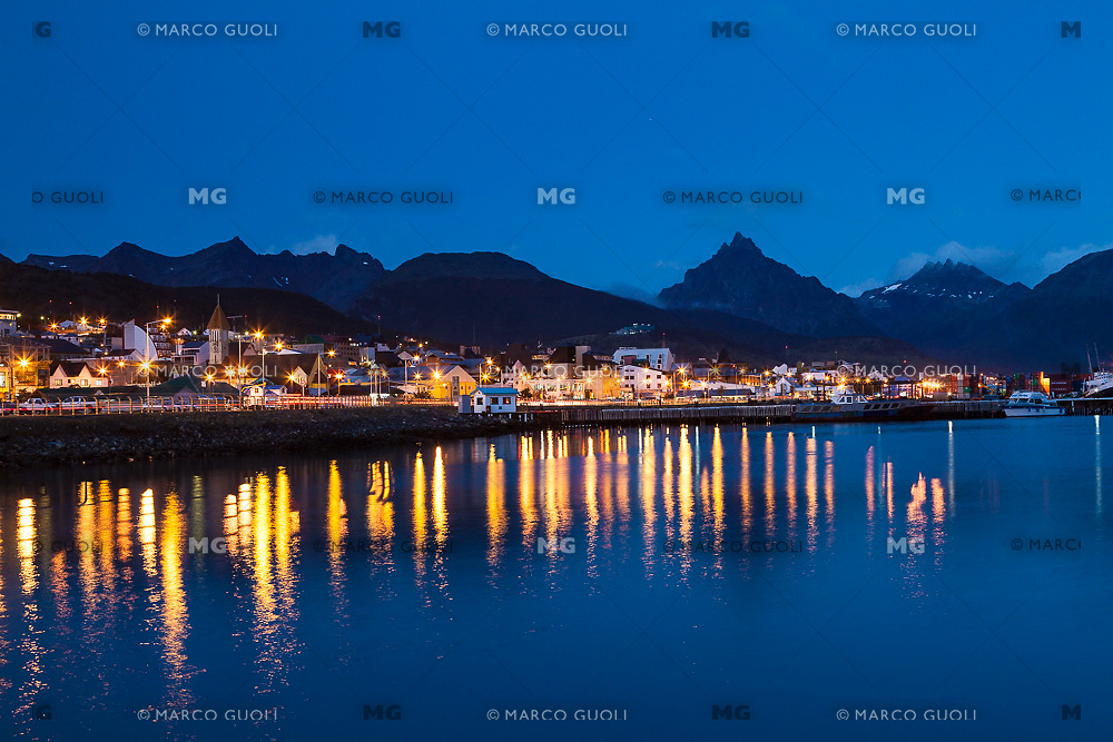 CIUDAD Y BAHIA DE USHUAIA DE NOCHE, MONTE OLIVA AL FONDO, PROVINCIA DE TIERRA DEL FUEGO,  PATAGONIA, ARGENTINA (PHOTO BY © MARCO GUOLI - ALL RIGHTS RESERVED. CONTACT THE AUTHOR FOR ANY KIND OF IMAGE REPRODUCTION)