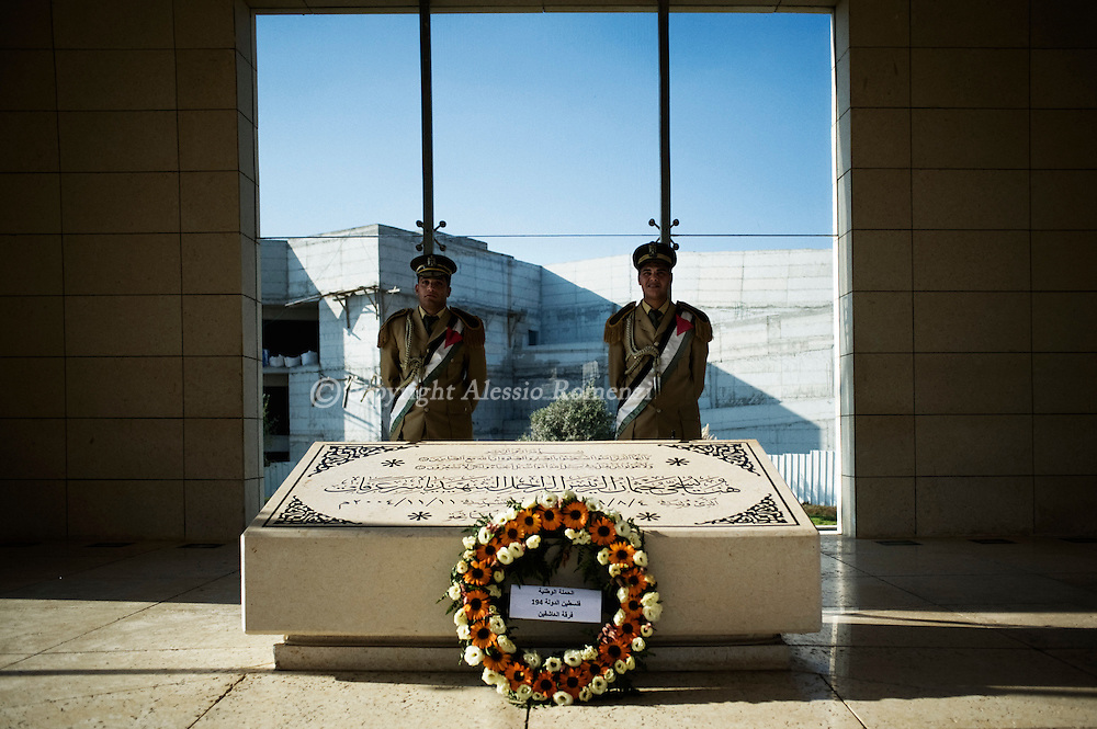 West Bank, Ramallah : RAMALLAH, WEST BANK - SEPTEMBER 19: A Palestinian soldier stands behind the tomb of late Palestinian leader Yasser Arafat September 11, 2011 in Ramallah, West Bank. ALESSIO ROMENZI
