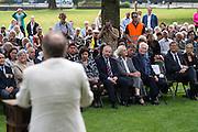 Fotograaf en (klein)zoon van spoorwegwerkers Jan Banning houdt een toespraak. In Arnhem worden op het landgoed van Het Koninklijk Tehuis voor Oud-Militairen en Museum Bronbeek de slachtoffers van de Birma Siam en de Pakanbaru spoorlijnen herdacht. Bij de aanleg van deze twee 'dodenspoorwegen' tijdens de Tweede Wereldoorlog zijn veel slachtoffers gevallen onder de dwangarbeiders die door de Japanse bezetter tewerk zijn gesteld.<br /> <br /> In Arnhem at the property of The Royal Home for Former Soldiers and Museum Bronbeek the victims of Burma and Siam railway Pakanbaru are commemorated. In the construction of these two 'dead railways' during World War II, many casualties among the convicts who are employed by the Japanese are made.