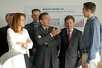 """24 JUN 2003, BERLIN/GERMANY:<br /> Edelgard Bulmahn, SPD, Bundesbildungsministerin, Gerhard Schroeder, SPD, Bundeskanzler, und Reinhard Uppenkamp, Vorstandsvorsitzender Berlin Chemie AG, im Gespraech mit einem Auszubildenden (v.L.n.R.),  waehrend einem Besuch der Berlin-Chemie AG im Rahmen einer Sitzung des Runden Tisches """"Ausbilden jetzt - Erfolg braucht alle"""", Berlin-Chemie AG<br /> IMAGE: 20030624-01-012<br /> KEYWORDS: Gerhard Schröder"""