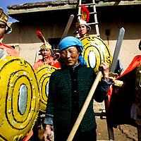 LIQIAN : Provinzler  aus der Umgebung von Yongchang, die als Roemer verkleidet sind,  posieren um eine aeltere Baeuerin .