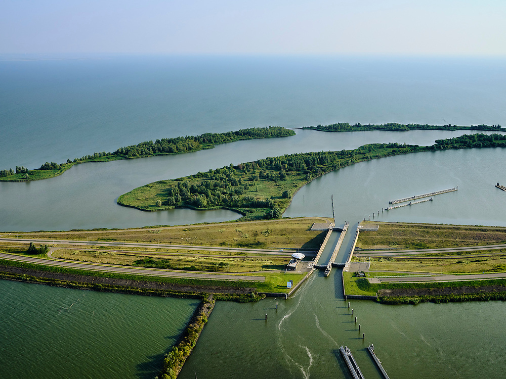 Nederland, Noord-Holland, Enkhuizen, 26-08-2019; Naviduct Krabbersgat, combinatie schutsluis met aquaduct. Tussen Markermeer en IJsselmeer, begin Houtribdijk, N307 (was N302). Naviduct Krabbersgat, combination lock with aqueduct.<br /> <br /> luchtfoto (toeslag op standard tarieven);<br /> aerial photo (additional fee required);<br /> copyright foto/photo Siebe Swart