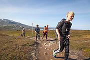 Det er langt å gå inn til fjellrevhiene i Sylan. Morten Ryttervoll går foran, mens Magnus Dahl Haugen, Piere-Åvla Bransfjell og Magnus Kurås følger på.