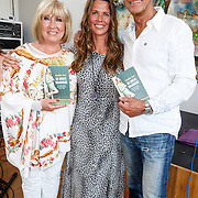 NLD/Amsterdam/20150608 -Yoga  Boekpresentaie Danielle van 't Schip - Oonk, Danielle en haar ouders, vader Joop Oonk en moeder Willeke Alberti