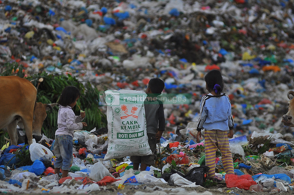 October 17, 2016 - Lhouksemawe, Aceh, Indonesia - Some scavengers select new thrift derived from garbage trucks in the area Landfill Alue Lim, Lhokseumawe, Aceh. The Ministry of Environment and Forestry assess the waste problem has been worrying. Indonesia even included in the ranking second in the world as a producer of plastic waste. Currently the government is making various efforts such as:.Restrictions on the use of plastic shopping bags, in both modern and traditional market retailers. (Credit Image: © Azwar Azwar/Pacific Press via ZUMA Wire)