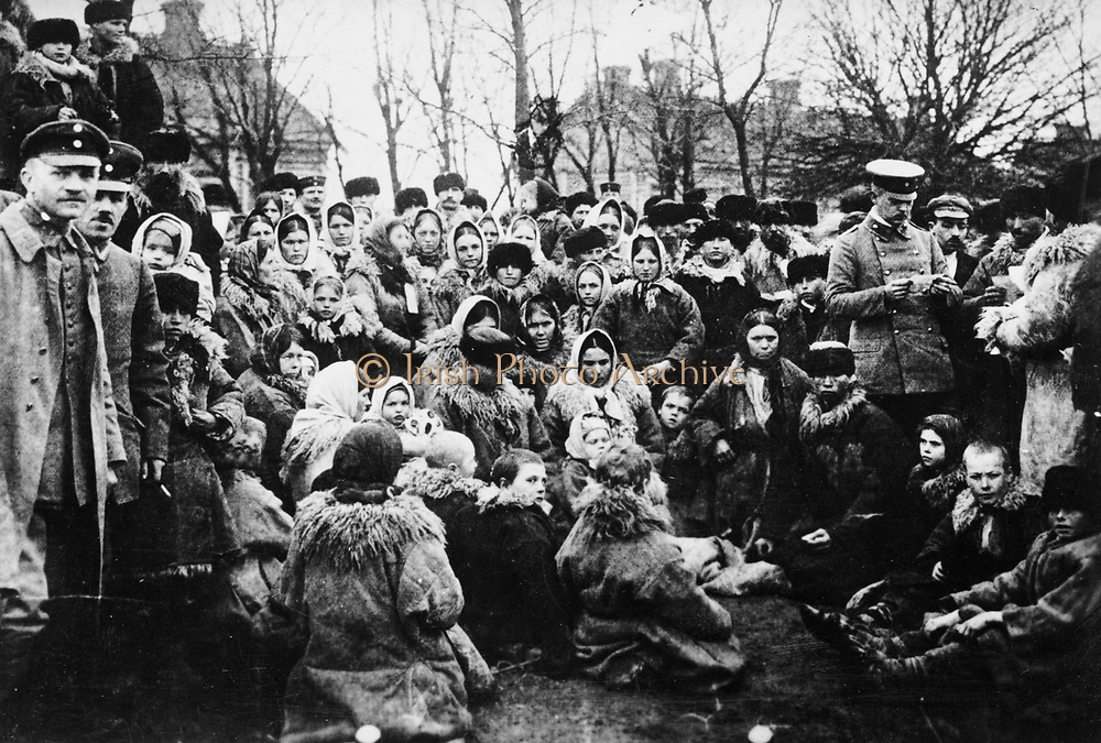 Crowd of refugees, possibly Jewish, and three officials outdoors, Russia [ca. 1912]