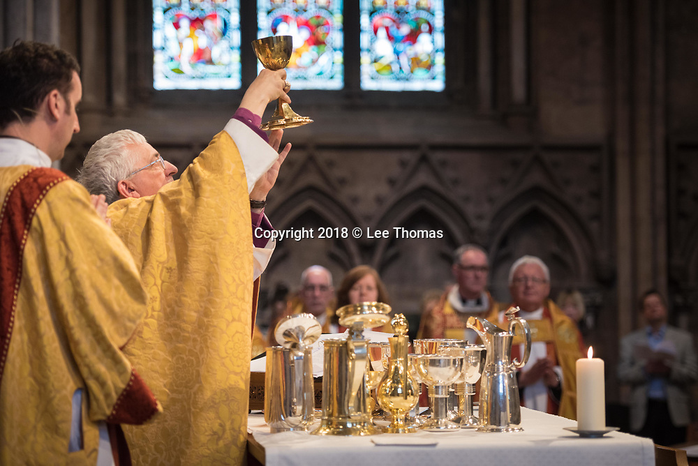 Lichfield Cathedral, Lichfield, Staffordshire, UK. 29th March 2018. The Bishop of Lichfield together with hundreds of clergy and worshippers join together at Lichfield Cathedral to commemorate Maundy Thursday. Pictured: The Bishop of Lichfield, The Rt Revd Dr Michael Ipgrave OBE, conducts the Maundy Thursday service. // Lee Thomas, Tel. 07784142973. Email: leepthomas@gmail.com  www.leept.co.uk (0000635435)