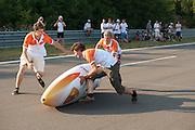 Bij de eerste start valt Wil Baselmans in de VeloX3. In Lausitz rijdt Wil Baselmans van het Human Power Team Delft en Amsterdam de eerste poging om het uurrecord te breken. Wegens warmte heeft hij zijn poging na een half uur moeten afbreken. In september wil het team, dat bestaat uit studenten van de TU Delft en de VU Amsterdam, een poging doen het wereldrecord snelfietsen te verbreken, dat nu op 133 km/h staat tijdens de World Human Powered Speed Challenge.<br /> <br /> At the Dekra test track in Lausitz Wil Baselmans of the Human Power Team Delft and Amsterdam is riding his first attempt to set a new hour record with the VeloX3. After half an hour Baselmans has to stop due to the heat. With the special recumbent bike the team, consisting of students of the TU Delft and the VU Amsterdam, also wants to set a new world record cycling in September at the World Human Powered Speed Challenge. The current speed record is 133 km/h.