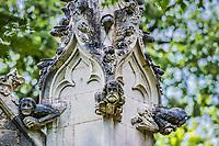 L'ecorche &amp; le vieillard<br />La chapelle de Bethl&eacute;em est une chapelle vou&eacute;e au culte catholique romain, situ&eacute;e &agrave; St Jean de Boiseau, en Loire-Atlantique.<br /> Le monument est construit au XVe&nbsp;si&egrave;cle, mais c&lsquo;est sa r&eacute;novation en 1995 qui le fait passer &agrave; la post&eacute;rit&eacute;.  Restaur&eacute;e par le sculpteur Jean-Louis Boistel,qui reprend  les codes de la&nbsp;mythologie, du&nbsp;christianisme et de l'&eacute;poque contemporaine, la chapelle se pare de sculptures pour le moins surprenantes :  gremlins, aliens et m&ecirc;me Goldorak.<br /> L&rsquo;origine sacr&eacute;e du lieu vient de la pr&eacute;sence d&lsquo;une source, aupr&egrave;s de laquelle, initialement, le&nbsp;druidisme&nbsp;cr&eacute;e une c&eacute;r&eacute;monie &agrave;&nbsp;Beltane, afin de c&eacute;l&eacute;brer la f&eacute;condit&eacute;. <br /> Les chim&egrave;res sont les suivantes&nbsp;:<br /> - pinacle&nbsp;nord-ouest, dit de l&lsquo;&acirc;me &laquo;&nbsp;l&lsquo;Homme&nbsp;&raquo;:<br /> &bull;un&nbsp;sanglier&nbsp;(traque du spirituel)<br /> &bull;un&nbsp;centaure&nbsp;(conflits entre instinct et raison)<br /> &bull;Sainte Anne&nbsp;a l&lsquo;ancre (fermet&eacute;, solidit&eacute;, tranquillit&eacute;, fid&eacute;lit&eacute;)<br /> &bull;Adam&nbsp;<br /> - l&rsquo;archivolte, pr&eacute;sentant l&rsquo;arbre de vie<br /> - pinacle&nbsp;ouest, dit de l&lsquo;&acirc;me &laquo;&nbsp;la Femme&nbsp;&raquo;:<br /> &bull;&Egrave;ve<br /> &bull;une&nbsp;triade&nbsp;(Alma,&nbsp;Dahud&nbsp;et&nbsp;Malgwen)<br /> &bull;une&nbsp;sir&egrave;ne&nbsp;(luxure)<br /> &bull;un&nbsp;serpent&nbsp;(le fantasme et le myst&egrave;re)&nbsp;<br /> - pinacle&nbsp;sud-ouest, dit de l&lsquo;inconscient<br /> &bull;Goldorak&nbsp;(droiture, chevalier des temps modernes)<br /> &bull;un&nbsp;Gremlin&nbsp;(mauvais monstre de l&lsquo;homme)<br /> &bull;Gizmo&nbsp;(bon monstre qu&lsquo;est l&lsquo;homme)<br /> &bull;l&lsquo;ironie&nbsp;(arrogance de l&lsqu