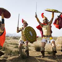 LIQIAN: Provinzler  aus der Umgebung von Yongchang, die als Roemer verkleidet sind,  posieren in der Naehe der neuen Roemischen Siedlung.