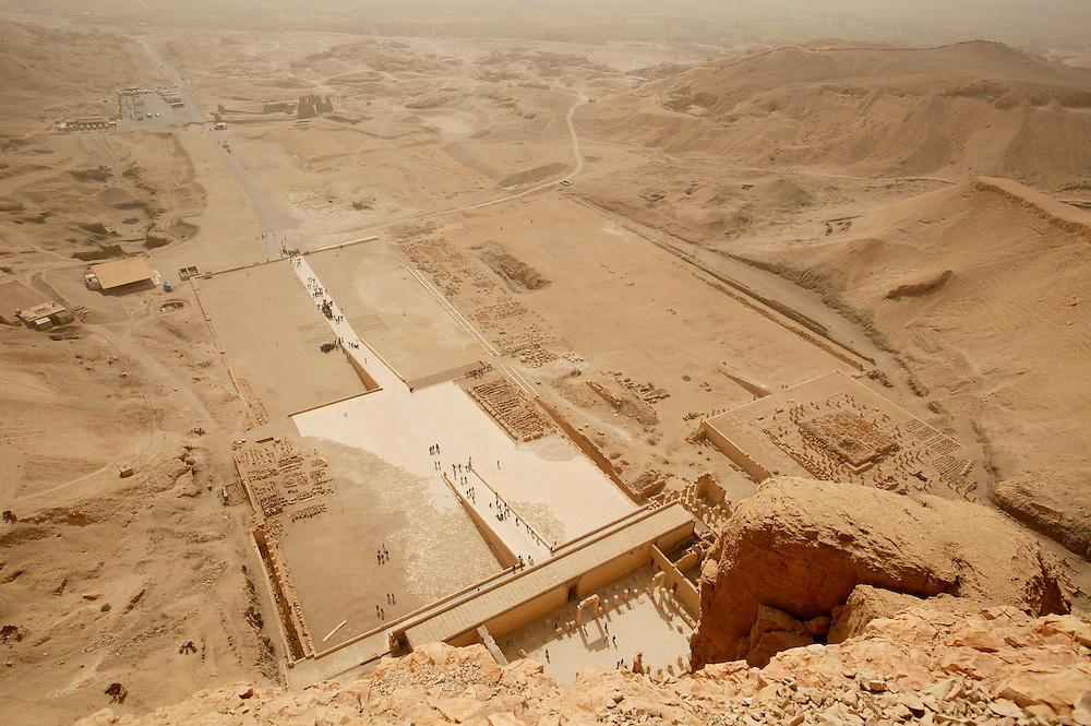 Dronning Hatshepsut sitt tempel ligger i Deir el-Bahri, og det er en fin spasertur over fjellet fra Kongenes Dal til dette stedet.