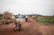 Repubblica Democratica del Congo e Repubblica Centrafricana, 2012<br /> Lavorare in Africa<br /> Trasportatori di carbone e paglia nel villaggio di Zongo, in RDC<br /> <br /> Democratic Republic of Congo and Central African Republic, 2012<br /> Working in Africa<br /> Carriers of carbon and straw in the town of Zongo, in DRC